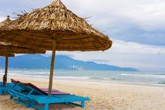 Palme Schutz und sunbeds bei China setzen im Da Nang auf den Strand Lizenzfreie Stockfotos