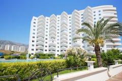 Palme und Gebäude meines Marine Residence-Wohnkomplexes Stockbilder