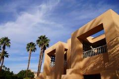 Palme und südwestliche Architektur Lizenzfreie Stockbilder
