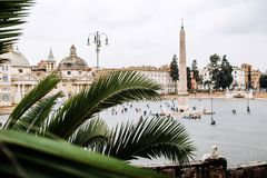 Palmeira em Praça del Popolo Indicadores velhos bonitos em Roma (Italy) Imagens de Stock Royalty Free