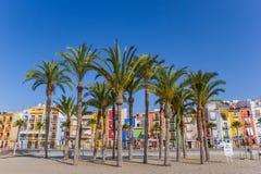 Palmeiras e casas coloridas na praia de Villajoyosa imagens de stock