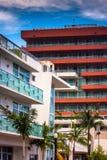 Palmeiras e construções coloridas em Miami Beach, Florida Imagens de Stock Royalty Free
