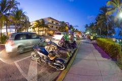 Palmeiras e hotéis do art deco na movimentação do oceano Fotografia de Stock Royalty Free