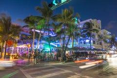 Palmeiras e hotéis do art deco na movimentação do oceano Imagem de Stock