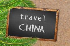 Palmeiras e quadro-negro de China do curso no Sandy Beach Imagens de Stock Royalty Free