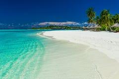Palmeiras sobre a lagoa impressionante e o Sandy Beach branco Imagem de Stock
