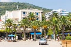 Palmen auf dem neuen Budva in Montenegro Stockfotos