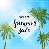 Palmen auf Hintergrund des blauen Himmels und Text Sommerschlussverkauf Lizenzfreies Stockbild