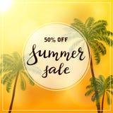 Palmen auf orange Hintergrund und Text Sommerschlussverkauf Lizenzfreies Stockbild
