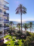 Palmen, die den ruhigen Strand im November in Marbella Andalusien Spanien übersehen Lizenzfreies Stockfoto