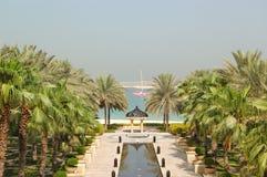 Palmen en strand bij het gebied van de hotelrecreatie Royalty-vrije Stock Afbeelding
