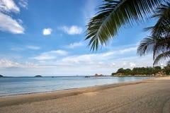 Palmen met een blauwe hemel met het oog op Hong chong bij een strand in Nha Trang, Vietnam Stock Foto's