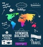 Palmen mit dem Meer und dem hölzernen Brett Satz typografische Aufkleber für Sommerferien Querstation Lizenzfreies Stockfoto