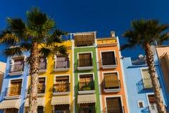 Palmen op de Kleurrijke huizen als achtergrond in de kustvilla Villajoyosa in zuidelijk Spanje royalty-vrije stock afbeeldingen