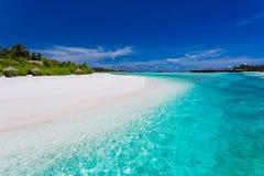 Palmen over het overweldigen van lagune en wit strand Royalty-vrije Stock Foto