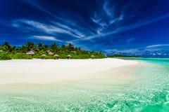 Palmen over het overweldigen van lagune en wit zandig strand Stock Afbeeldingen