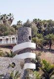 Palmen umgeben durch einen Turm stockfotos