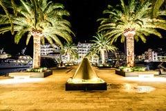 Palmen und die Gebäude in den Nachtlichtern in Marina Porto stockfotografie