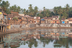 Palmen und sakraler Teich Stockfotos