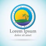 Palmen und Sonne, Strandurlaubsortlogo-Designschablone Tropeninsel oder Ferienikone Lizenzfreies Stockfoto
