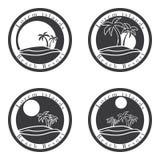 Palmen und Sonne, Strandurlaubsortlogo-Designschablone Tropeninsel oder Ferienikonensatz Stockbild