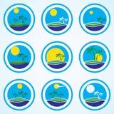 Palmen und Sonne, Strandurlaubsortlogo-Designschablone Tropeninsel oder Ferienikonensatz Stockbilder