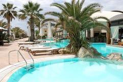 Palmen und Türkisschwimmbäder in Griechenland Stockfoto