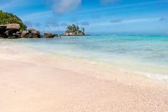 Palmen, weißer Sand und Türkismeer am Märchenland setzen, Seychellen Afrika auf den Strand stockbilder
