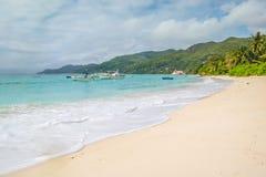 Palmen, weißer Sand und Türkismeer am Märchenland setzen, Seychellen Afrika auf den Strand lizenzfreie stockfotografie