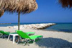 Palmensonnenschirm am Sommerstrand Stockfoto