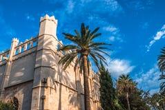 Palmera alta al lado del edificio mediterráneo viejo en Palma de Majorca, España Fotos de archivo libres de regalías