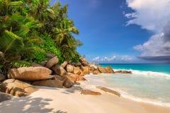 Palmeras en la playa tropical hermosa Anse Lazio, Praslin Foto de archivo