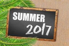 Palmeras y verano 2017 escritos en la pizarra Fotos de archivo libres de regalías