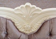 Palmette av en sniden huvudgavel av en säng royaltyfria bilder