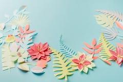 Palmettes et fleurs exotiques tropicales colorées sur le fond en pastel bleu, été, ressort, Pâques, concept de vacances, art de p images libres de droits