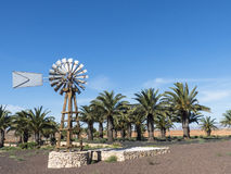 Palmiers d'eau de puits de moulin de vent Image libre de droits