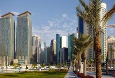 Palmiers dattiers et tours de Doha Photos libres de droits