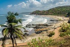 Palmiers et cieux nuageux sur les plages de Goa, Inde photo stock