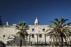Palmiers et murs d'antiquité du palais de Diocletian Photos stock