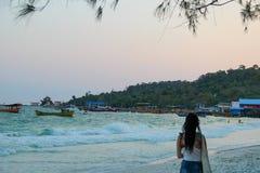 Palmiers et plage sablonneuse blanche avec l'océan de turquoise photographie stock