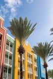 Palmiers par les balcons colorés de station de vacances photos libres de droits