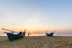 Palmiers tropicaux de coucher du soleil de plage de paradis Photo libre de droits