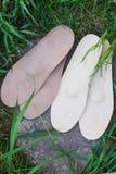 Palmilhas ortopédicas de couro na grama Saudável relaxe na natureza Foto de Stock Royalty Free