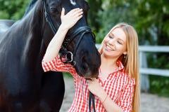 palming纯血统马的好女孩 免版税库存照片
