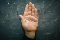 Palmistry pojęcie Męska ręka na szarość stole z otwartą palmą, chiromanci pomyślność linie zdjęcie royalty free