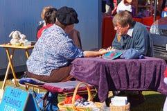 Palmlezer aan het werk bij een openluchtmarkt, Nieuw Zeeland stock fotografie