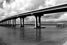 Palmo del puente sobre el fondo del río fotografía de archivo