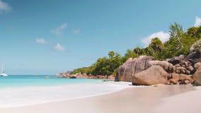 Palmowa i tropikalna plażowa panorama Anse Lazio plaża przy Praslin wyspą, Seychelles zbiory wideo