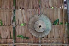 Palmowego liścia kapeluszowy obwieszenie na poszycie ścianie wyplatającego kapelusz dla Tajlandzkiego Zdjęcia Royalty Free