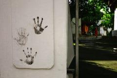 palmowi ręka druki przy ścianą obok buddyjskiego monasteru bramy zdjęcia royalty free